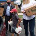 Иванка Трамп в джинсах скинни, балетках и белой рубашке занимается волонтерством