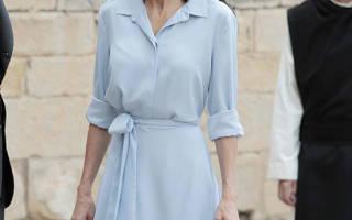 Королева Испании Летисия в нежно голубом платье и любимой обуви выглядит стройно