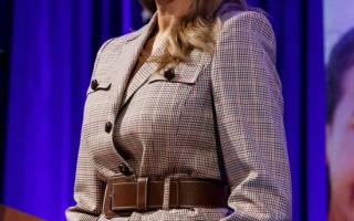 Мелания Трамп в клетчатом пиджаке с коричневым ремнем и брюках, вытягивающих силуэт
