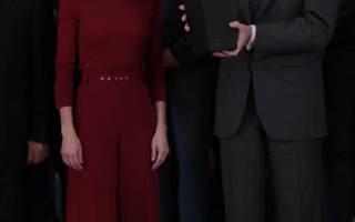 Королева Летисия в красном наряде и классических туфлях-лодочках выглядит роскошно