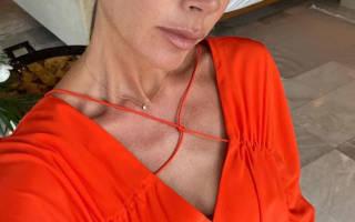 Виктория Бекхэм в коралловом платье с тонким ремешком выглядит роскошно