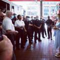 Мелания Трамп в платье-рубашке и белых остроносых балетках выглядит просто и легко