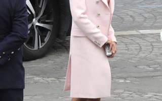 Первая леди Франции в нежно розовом пальто и платье выглядит по французски шикарно
