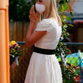 Иванка Трамп в белом платье с широким поясом и босоножках выглядит нежно и изящно