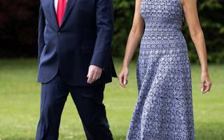 Мелания Трамп в темно-синем платье с поразительным рисунком и в белых классических лодочках