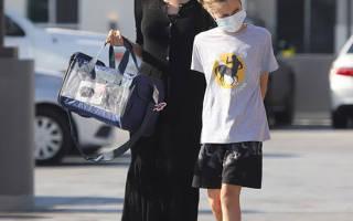 Анджелина Джоли в простом черном платье в пол и туфлях выглядит очень высокой