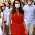 Королева Испании в бюджетном красном платье и кожаных эспадрильях очаровывает поклонников